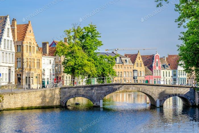 Brügge (Brügge) Stadtbild mit Wasserkanal und Brücke