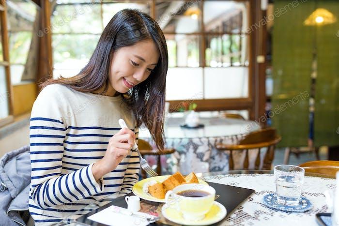 Frau mit Kuchen im Café