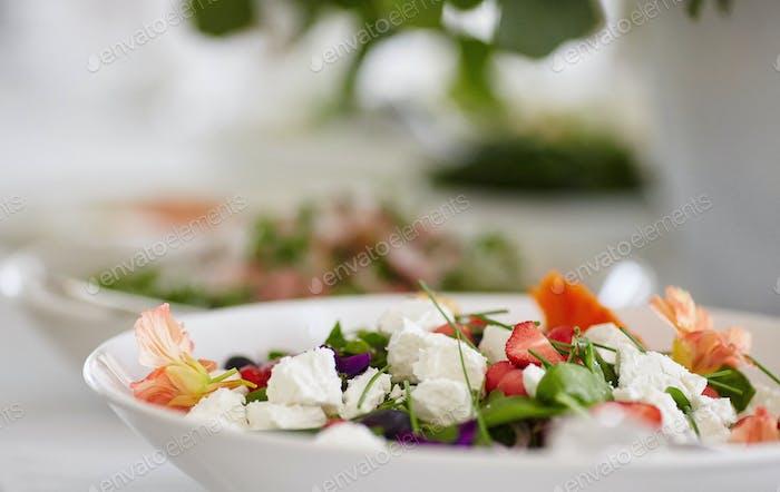 Nahaufnahme Bild eines festlichen Tisches mit verschiedenen Gerichten.