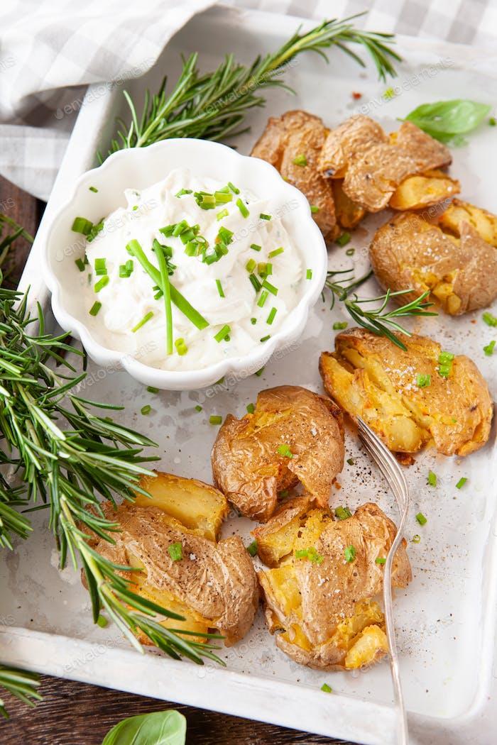 Zertrümmerte Kartoffeln mit saurer Sahne