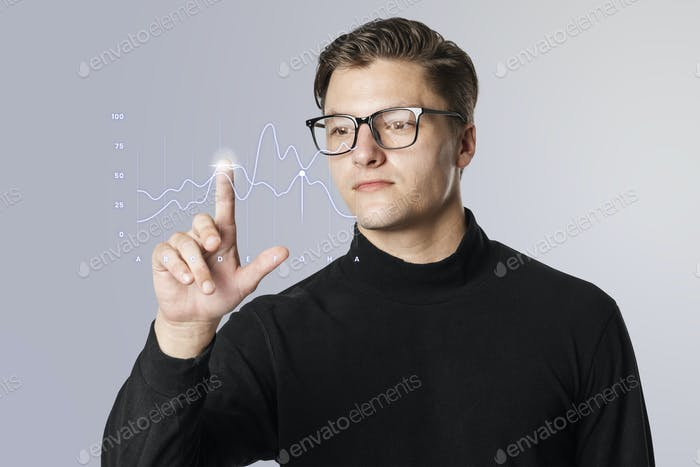Hombre usando una pantalla táctil transparente interactiva