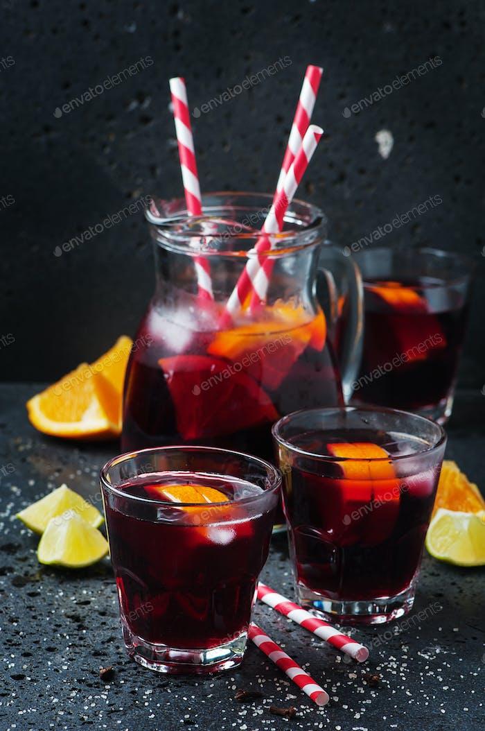 Spanische Sangria mit Orange und Limette