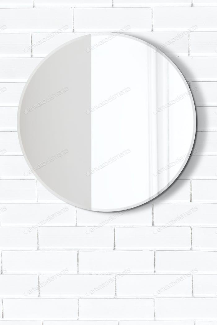 Spiegel in einem weißen Badezimmermodell