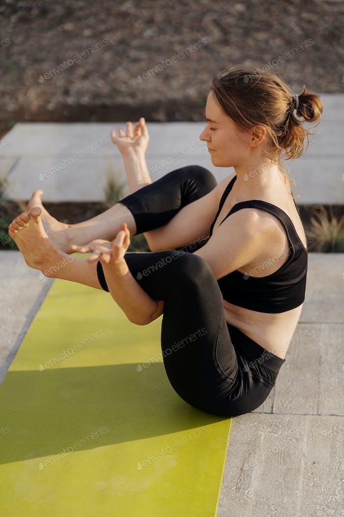 Junges Mädchen Üben Stretching und Yoga-Workout-Übung