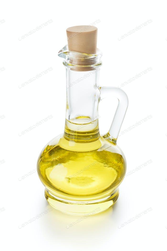 Olivenöl in Glaskrug auf weiß