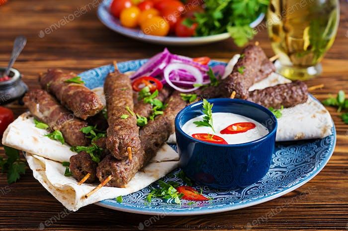 Kebab Adana, Huhn, Lamm und Rindfleisch auf Lavashbrot