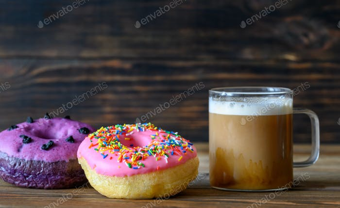 Donuts mit einer Tasse Kaffee