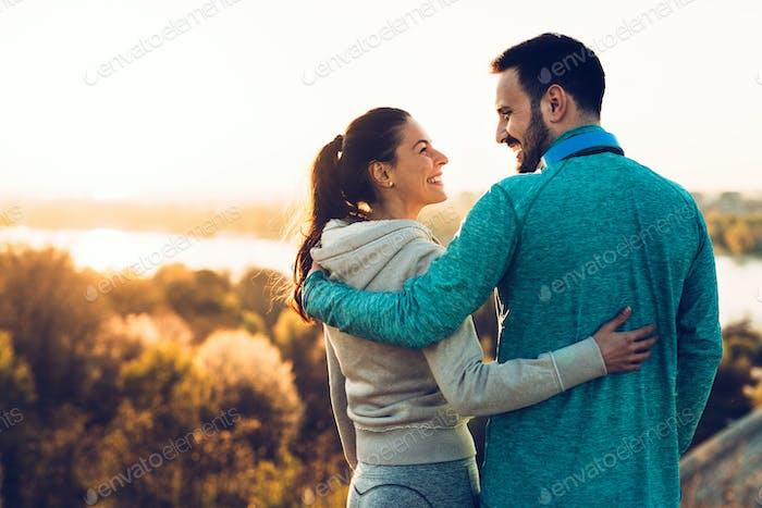 Glückliche junge sportliche paar teilen romantische Momente