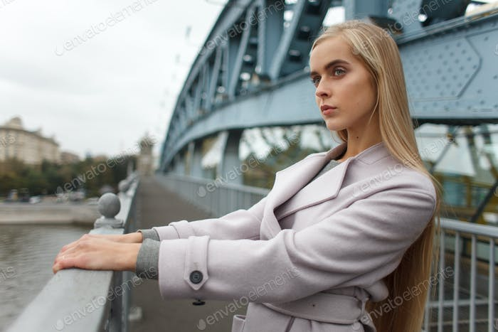 Mujer estipish en abrigo en calle de eropean ciudad