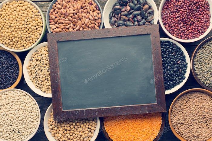 verschiedene Hülsenfrüchte und Tafel