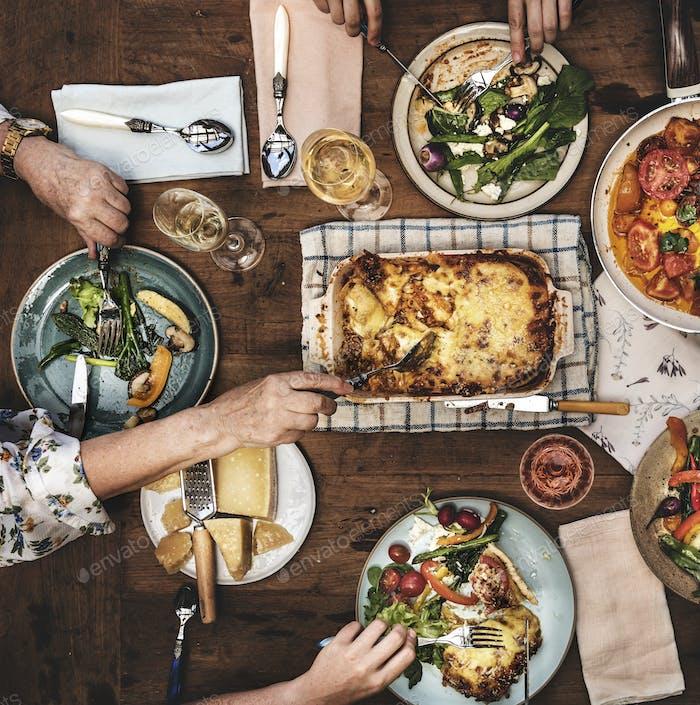 Erwachsene mit einer Dinnerparty
