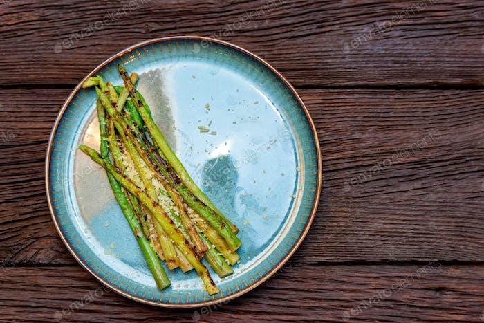 Vista superior deliciosos espárragos a la parrilla en el plato