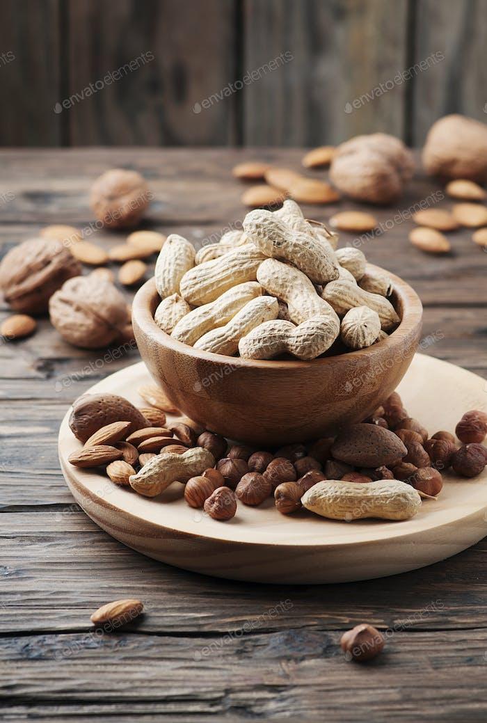 Mix aus verschiedenen Nüssen auf dem Holztisch