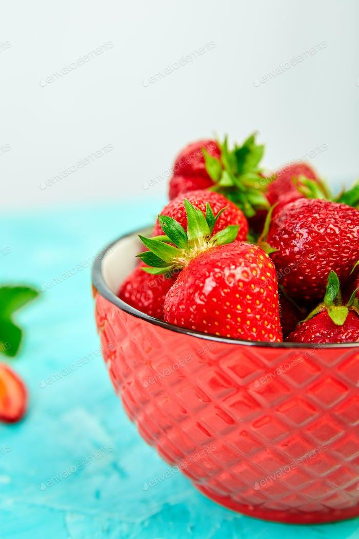Erdbeeren in der roten Schüssel. Frische Erdbeeren. Wunderschöne Erdbeeren.