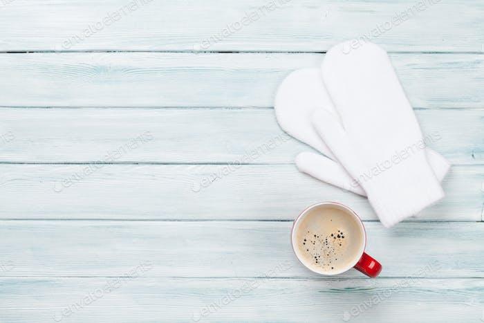 Weihnachten Hintergrund mit Kaffee und Fäustlinge