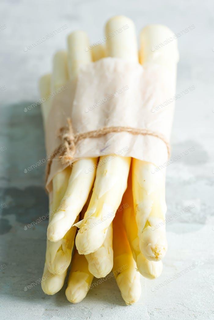 Bio-Lebensmittel. Gesundes Essen Kochen Konzept. Ungekocht Frisch gepflückter roher biologischer weißer Spargel