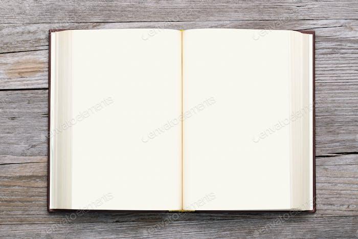 Libro en blanco abierto sobre Fondo de De madera vieja