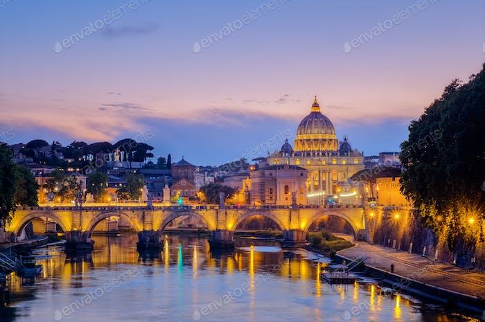 Berühmte Stadtbild von St. Peters Basilika in Rom bei Sonnenuntergang
