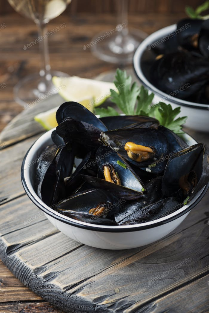 Cooked mussels with parsley