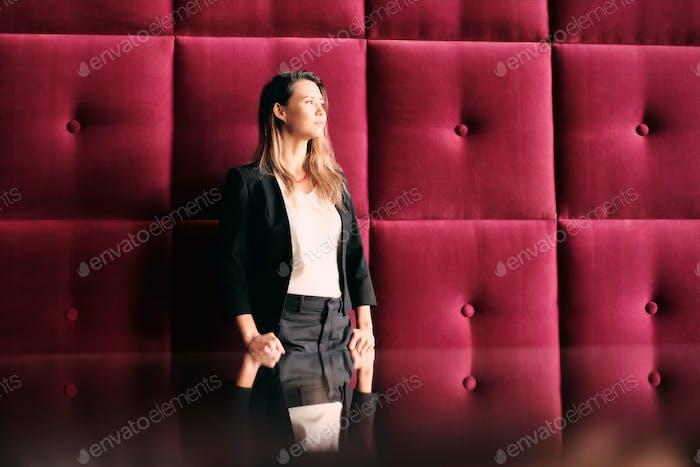 Портрет деловой женщины в Корпоративный тивном офисе