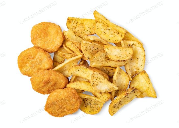 Leckere gebratene Nuggets und Kartoffeln