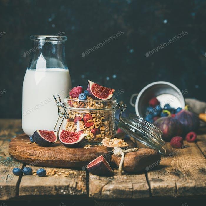 Gesundes Frühstück mit Haferflocken Müsli und Mandelmilch, quadratische Ernte