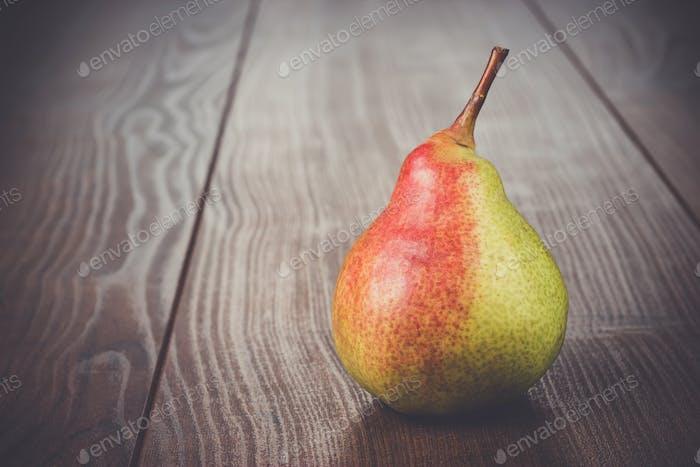 frische Birne auf dem Holztisch