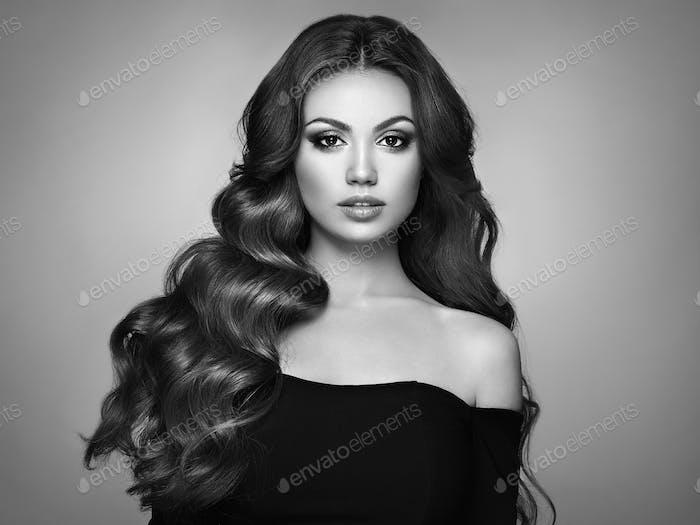Брюнетка женщина с вьющимися волосами