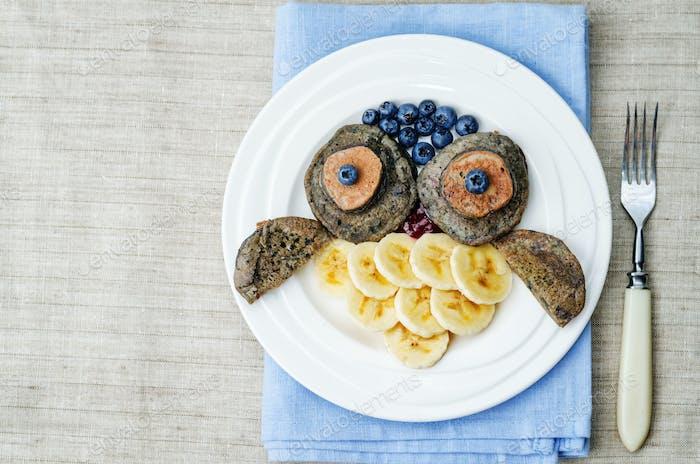 Blaubeere Schokolade Pfannkuchen mit Bananen in Form einer Eule