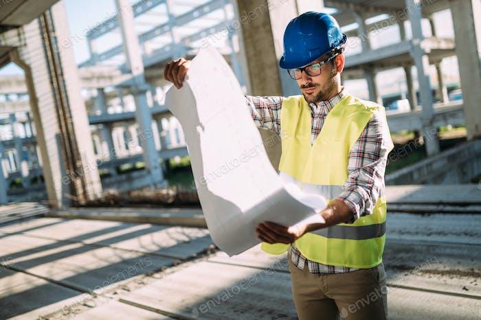 Ingenieure, die auf einer Baustelle arbeiten