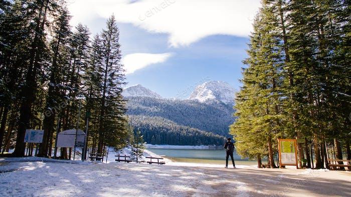 turista viaje a las montañas nevadas