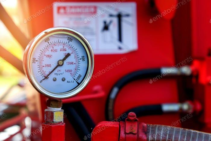 Gauge pressure hydraulic crane.