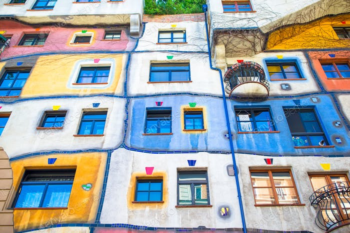 Hundertwasser casa con un jardín arriba en Viena, Austria