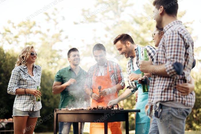 Amigos acampar y tener una barbacoa