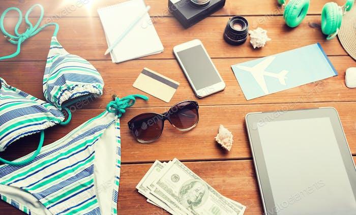 Nahaufnahme von Tablet-PC und Reise-Zeug