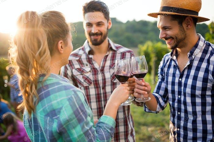 Weintouristen Verkostung Wein im Weinberg