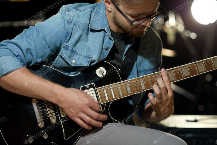 Nahaufnahme von Mann Gitarre spielen bei Studioprobe