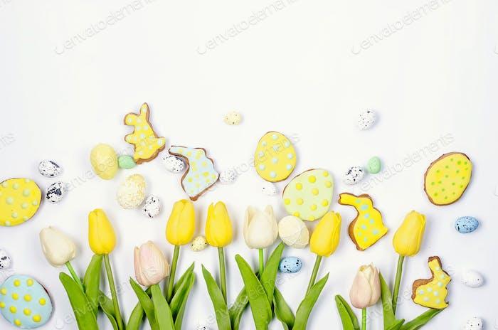Osterfeiertags-Grußkarte mit Lebkuchen, Eiern und Tulpen