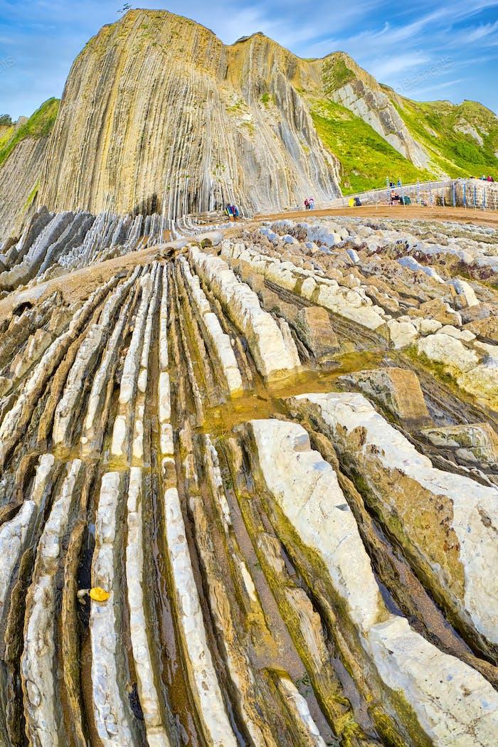 Steilgekippte Schichten von Flysch, Baskische Küste UNESCO Global Geopark, Spanien