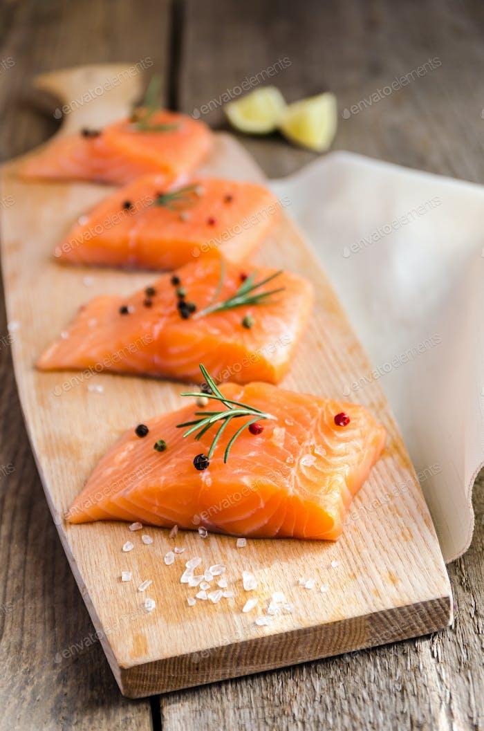 Filetes de salmón crudo en la Panel de De madera