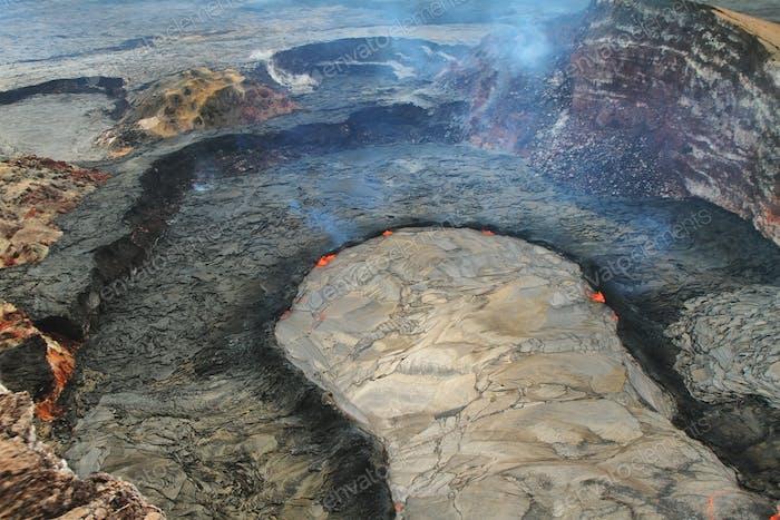 Luftaufnahme des Lavasees des Puu Oo Krater