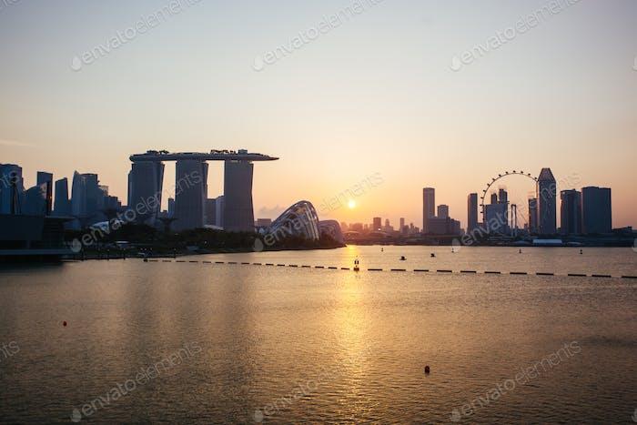 Blick auf die Skyline von Singapur bei Nacht