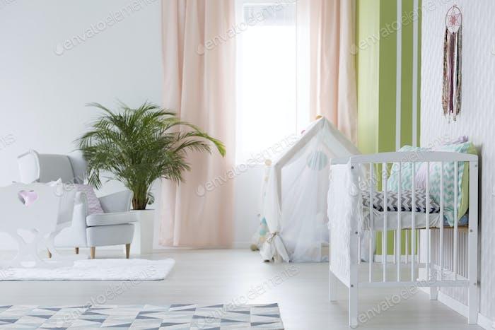 Weißer Raum für Baby