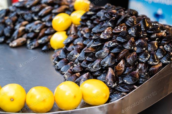 Турецкий стиль закуска уличная еда фаршированные мидии под названием midye dolma для продажи с лимоном, который