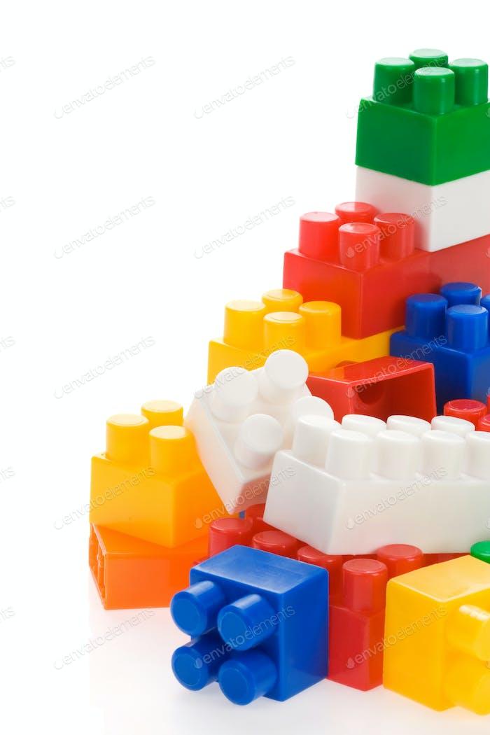 bunte Plastikspielzeug auf weiß