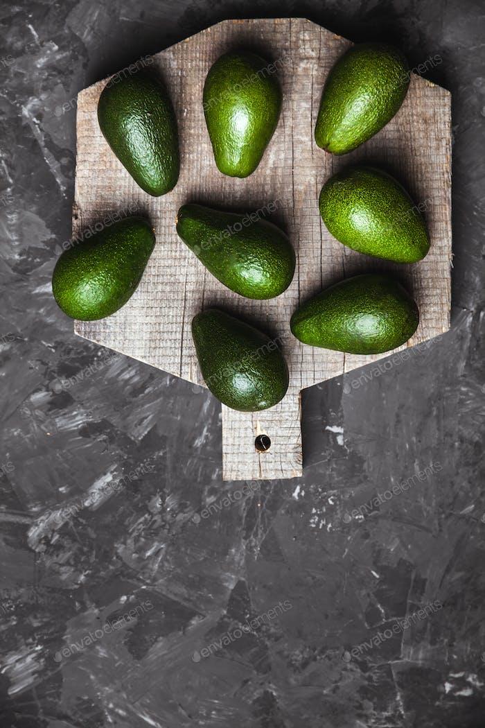 Avocado. Gesundes Essen auf dem Tisch. Rustikales Brett