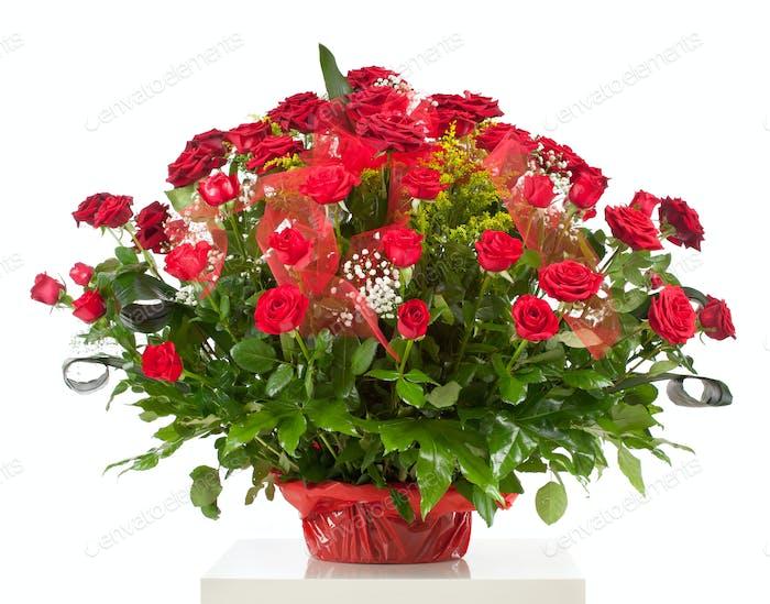 Korb mit fünfzig roten Rosen
