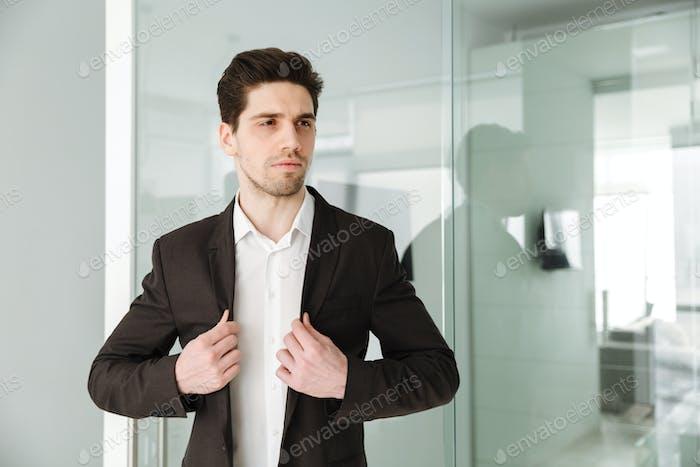 Hombre de Empresario joven serio