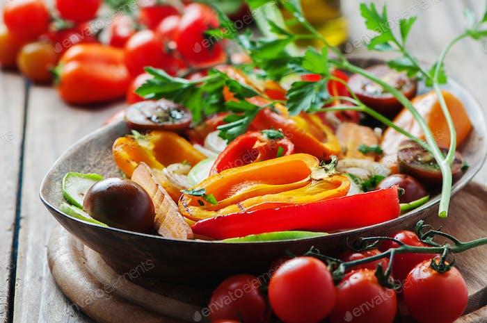 Gegrilltes Gemüse auf dem Holztisch