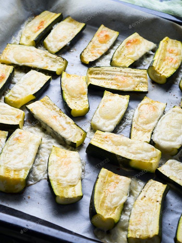 Zucchini gebacken mit Kräutern und Käse